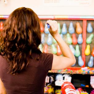 Woman throwing dart at balloonsの写真素材 [FYI01994510]