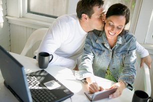 Man kissing his wifeの写真素材 [FYI01994530]