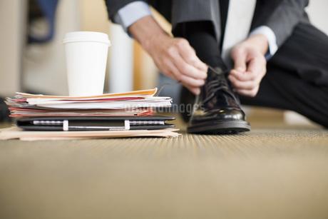 Businessman tying shoeの写真素材 [FYI01994542]