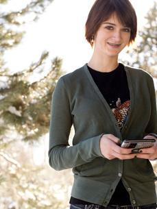 Teenage girl text messagingの写真素材 [FYI01994555]