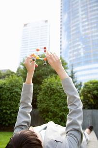 woman holding molecular modelの写真素材 [FYI01994579]