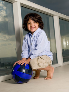 Boy playing with soccer ballの写真素材 [FYI01994586]