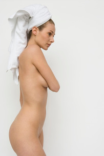 Nude woman wearing hair wrapped in towelの写真素材 [FYI01994596]