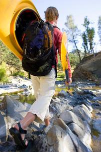 woman carrying kayak acrossの写真素材 [FYI01994614]