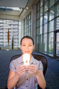 woman holding energy efficientの写真素材 [FYI01994618]