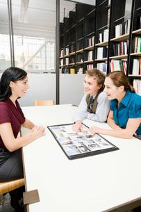 people looking at portfolioの写真素材 [FYI01994676]
