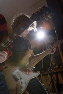 Guitarist playing in recording studioの写真素材 [FYI01994695]