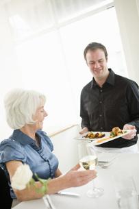 Waiter serving womanの写真素材 [FYI01994701]