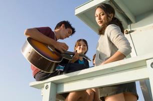 Teenagers singing on beachの写真素材 [FYI01994704]