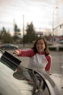 Woman washing car windshieldの写真素材 [FYI01994709]
