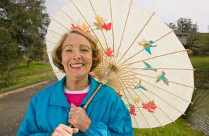woman using parasolの写真素材 [FYI01994750]