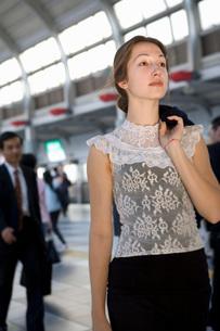 woman holding jacket over shoulderの写真素材 [FYI01994763]