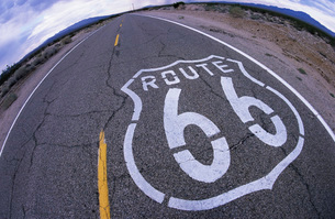 Route 66 through remote landscapeの写真素材 [FYI01994770]