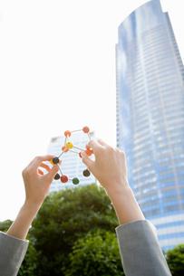 woman holding molecular modelの写真素材 [FYI01994806]