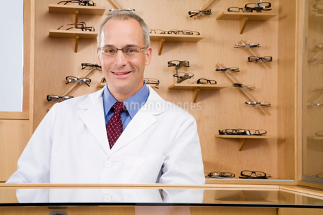 Male optician behind counterの写真素材 [FYI01994835]
