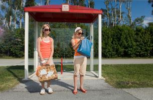Twin girls waiting at bus stopの写真素材 [FYI01994836]