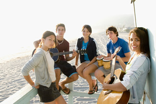 Teenagers playing music at beach houseの写真素材 [FYI01994839]