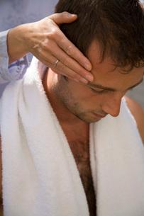 Man getting scalp massageの写真素材 [FYI01994895]