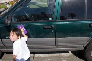 Boy washing carの写真素材 [FYI01994903]