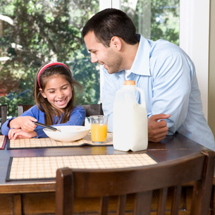 Father and daughter eating breakfastの写真素材 [FYI01994912]