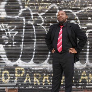 man leaning against brick wallの写真素材 [FYI01994914]