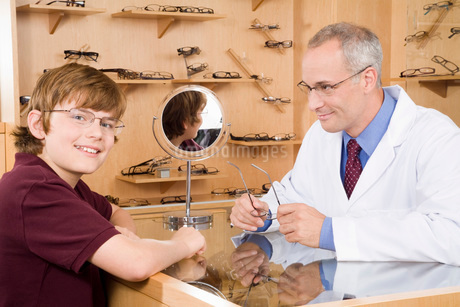 Male optician with boy in officeの写真素材 [FYI01994930]
