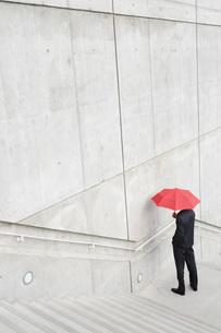 Businessman standing under umbrellaの写真素材 [FYI01994965]