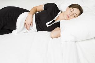 Maid sleeping on bedの写真素材 [FYI01994970]