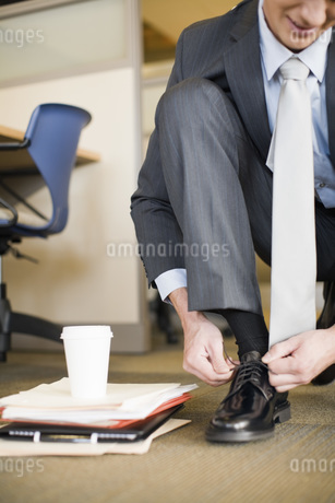 Businessman tying shoeの写真素材 [FYI01994973]