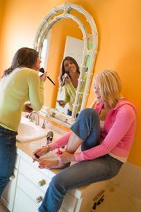 Women applying makeupの写真素材 [FYI01995015]