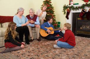 Family celebrating Christmasの写真素材 [FYI01995022]