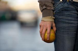 Woman holding an appleの写真素材 [FYI01995072]