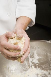 Chef molding dough in handsの写真素材 [FYI01995074]