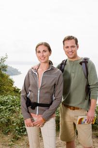 Couple in hiking gearの写真素材 [FYI01995078]