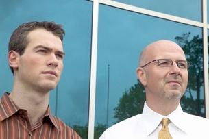 men standing outside office buildingの写真素材 [FYI01995105]