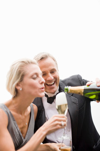 Man pouring champagne for wifeの写真素材 [FYI01995156]