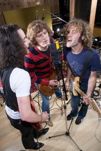 Guitarists singing into microphoneの写真素材 [FYI01995161]