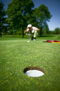 Man playing golfの写真素材 [FYI01995216]