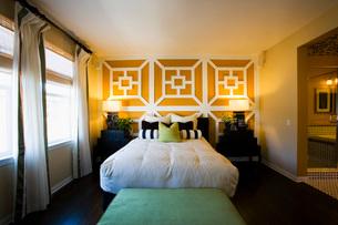 Contemporary Bedroom in Green and Orangeの写真素材 [FYI01995218]