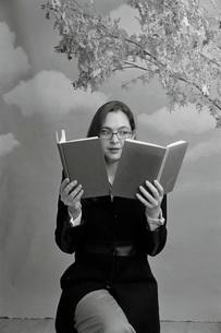 woman reading two booksの写真素材 [FYI01995246]