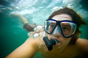 Man snorkeling in oceanの写真素材 [FYI01995249]