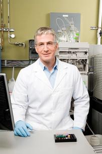 Male scientist in laboratoryの写真素材 [FYI01995269]