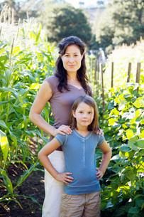 Mother and daughter in gardenの写真素材 [FYI01995281]