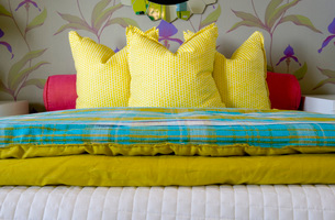 Brightly Colored Pillows on Bedの写真素材 [FYI01995328]