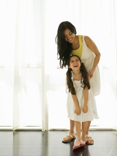 Mother and daughter laughingの写真素材 [FYI01995383]