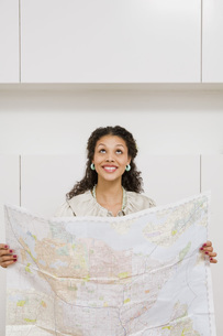 woman holding mapの写真素材 [FYI01995387]