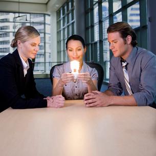 people looking at energy efficientの写真素材 [FYI01995407]