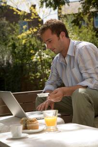 Man shopping onlineの写真素材 [FYI01995431]