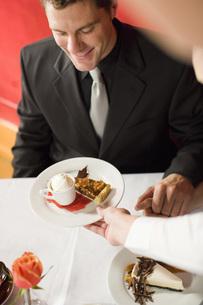 Waitress serving plate of desertの写真素材 [FYI01995450]