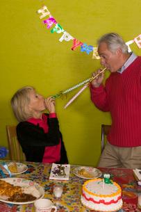 couple celebrating birthdayの写真素材 [FYI01995463]